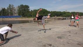 El hombre joven que hace volteretas Salto 4K almacen de video