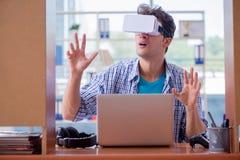El hombre joven que juega al juego de ordenador con los vidrios de la realidad virtual Fotos de archivo libres de regalías