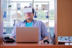 El hombre joven que juega al juego de ordenador con los vidrios de la realidad virtual Fotografía de archivo
