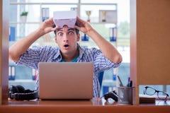El hombre joven que juega al juego de ordenador con los vidrios de la realidad virtual Fotografía de archivo libre de regalías