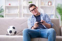 El hombre joven que juega a los juegos de ordenador en casa Fotos de archivo