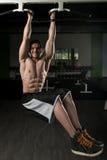 El hombre joven que realiza la pierna de la ejecución aumenta ejercicio imagen de archivo libre de regalías