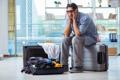 El hombre joven que se prepara para el viaje de las vacaciones foto de archivo libre de regalías