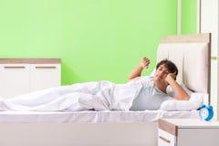 El hombre joven que tiene problema que despierta en madrugada fotos de archivo