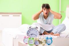 El hombre joven que tiene problema que despierta en madrugada imagenes de archivo