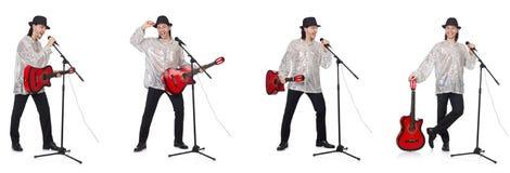 El hombre joven que toca la guitarra y que canta foto de archivo libre de regalías