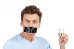 El hombre joven quiere parar el beber Imágenes de archivo libres de regalías
