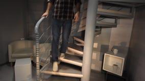 El hombre joven rápidamente abajo de las escaleras metrajes