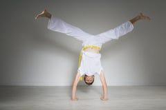 El hombre joven realiza una posición del pino, capoeira imagenes de archivo