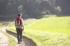 El hombre joven recorre en parque Imagenes de archivo