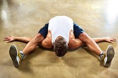 El hombre joven se divierte ejercicios Foto de archivo
