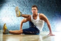 El hombre joven se divierte ejercicios Foto de archivo libre de regalías