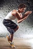 El hombre joven se divierte ejercicios Imagen de archivo libre de regalías