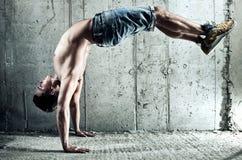 El hombre joven se divierte ejercicios Fotografía de archivo