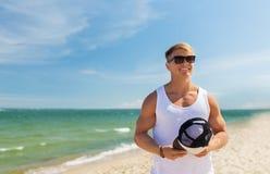 El hombre joven sonriente en gafas de sol el verano vara Imagen de archivo libre de regalías