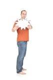 El hombre joven sostiene una tarjeta en blanco imagenes de archivo