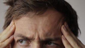 El hombre joven tiene un dolor de cabeza metrajes