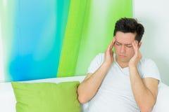 El hombre joven tiene un dolor de cabeza Fotografía de archivo