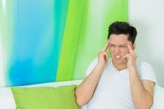 El hombre joven tiene un dolor de cabeza Foto de archivo libre de regalías