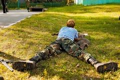 El hombre joven tomó objetivo con la escopeta de aire comprimido Imagenes de archivo