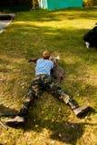 El hombre joven tomó objetivo con la escopeta de aire comprimido Imagen de archivo