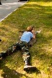 El hombre joven tomó objetivo con la escopeta de aire comprimido Fotografía de archivo
