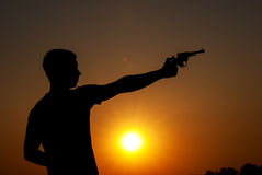 El hombre joven tomó objetivo con la pistola Fotos de archivo
