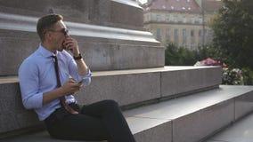 El hombre joven trabaja con su smartwatch almacen de metraje de vídeo