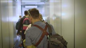 El hombre joven va abajo del pasillo a subir a los aviones metrajes