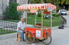 El hombre joven vende la comida Foto de archivo libre de regalías