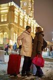 El hombre joven y la mujer joven se colocan en la plataforma ferroviaria Fotos de archivo libres de regalías