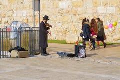 El hombre judío en ropa ortodoxa toca el violín Fotos de archivo libres de regalías