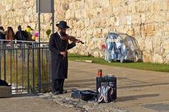 El hombre judío en ropa ortodoxa toca el violín Fotografía de archivo libre de regalías