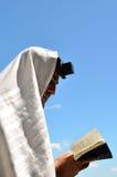 El hombre judío ruega Imágenes de archivo libres de regalías
