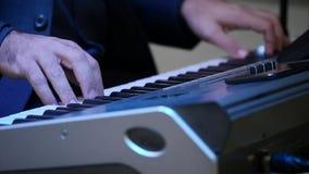 El hombre juega el acorde del piano almacen de metraje de vídeo