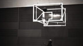 El hombre juega al baloncesto, viejo estilo de la película almacen de video