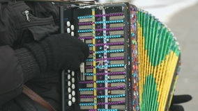 El hombre juega el acordeón adornado con los diamantes artificiales almacen de metraje de vídeo