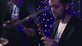 El hombre juega el primer de la guitarra baja almacen de metraje de vídeo