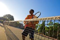 El hombre juega a tenis Foto de archivo libre de regalías