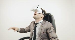el hombre 4K en traje utiliza gafas o los vidrios de la realidad virtual metrajes