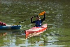 El hombre kayaking en el río Imagen de archivo