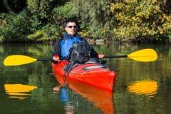 El hombre kayaking en el río Fotografía de archivo