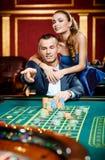El hombre lanza el microprocesador en el vector del casino imagen de archivo