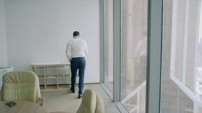El hombre lanza el papel en la oficina metrajes