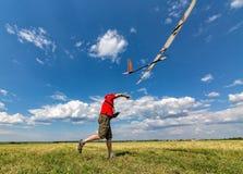 El hombre lanza en el planeador del cielo RC Imágenes de archivo libres de regalías