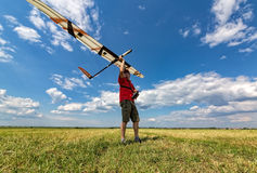 El hombre lanza en el planeador del cielo RC Fotos de archivo