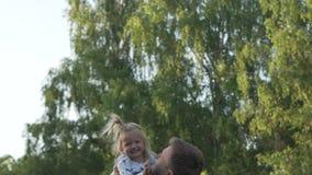 El hombre lanza a la niña para arriba La muchacha está riendo metrajes
