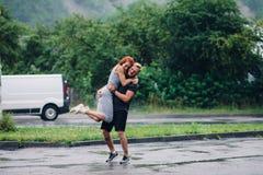 El hombre lanza para arriba a su novia Foto de archivo