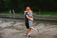 El hombre lanza para arriba a su novia Imagen de archivo libre de regalías
