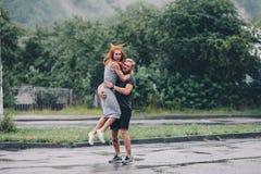 El hombre lanza para arriba a su novia Foto de archivo libre de regalías